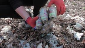 Ecologi amichevoli che puliscono l'immondizia al parco video d archivio