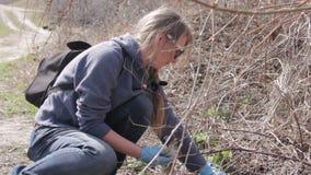 Ecologi amichevoli che puliscono l'immondizia al parco archivi video