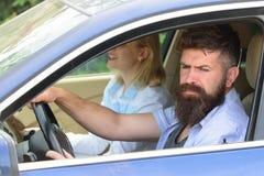 Ecologia ed ambiente Uomo barbuto e donna sexy che conducono automobile Le coppie di amore godono del viaggio sostenibile Coppie  immagine stock libera da diritti