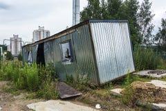 ecologia La cabina abbandonata e rotta della costruzione era overgro Immagini Stock