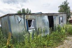 ecologia La cabina a pezzi abbandonata della costruzione era overgr Fotografie Stock