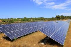 Ecologia verde di energia delle zolle elettrico-solari fotografia stock libera da diritti