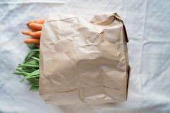 Ecologic påse med grönsaker på en tabell royaltyfri fotografi