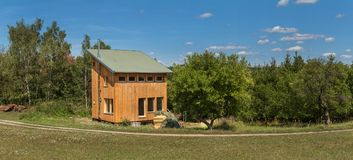 Ecologico, legno-casa al legno Economizzatore d'energia Vivendo in natura Costruzione di legno Fotografie Stock Libere da Diritti
