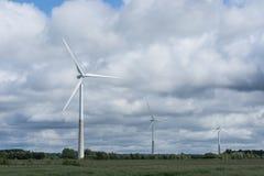 Ecologieconcept: Blauwe hemel, witte wolken en windturbine Windgenerator voor elektriciteit, alternatieve energiebron royalty-vrije stock afbeelding
