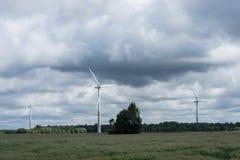 Ecologieconcept: Blauwe hemel, witte wolken en windturbine Windgenerator voor elektriciteit, alternatieve energiebron royalty-vrije stock afbeeldingen