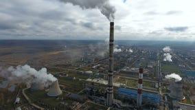 Ecologieverontreiniging De industriële fabriek verontreinigt de milieu blazende rook van pijpen stock video