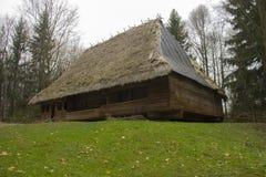 Ecologisch huis in het hout Stock Foto