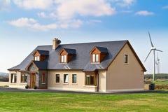 Ecologisch huis met windturbines royalty-vrije stock fotografie