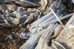 Ecologisch probleem, ramp Misdadige verwijdering van fluorescente kwiklampen, e-Afval ecologische crisisfoto Ecologische misdaad stock afbeelding