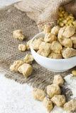 Ecologisch texturized sojavlees met sojabonen op rustieke backgrou Stock Afbeeldingen