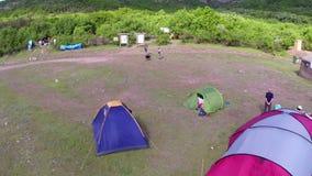 Ecologisch toerismefestival, kampeerterrein (luchtperspectief) stock footage