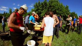 Ecologisch toerismefestival, mensen die traditioneel voedsel dienen (timelapse) stock video