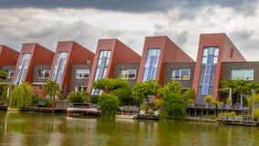 Ecologische huizen met verticale tuinen stock fotografie