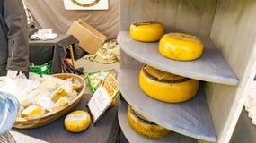 Ecologische Noorse gele kaas bij een landbouwers` s markt Royalty-vrije Stock Afbeeldingen