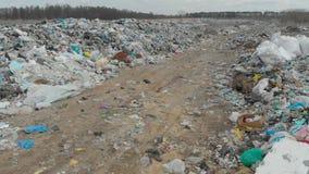 Ecologische ramp, met de grote stortplaats van huisvuil stock videobeelden