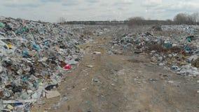 Ecologische ramp, met de grote stortplaats van huisvuil stock footage