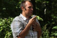 Ecologist Suren Gazaryan, die op een vergadering van activisten in Khimki-bos spreken Stock Foto