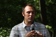 Ecologist Suren Gazaryan, die op een vergadering van activisten in Khimki-bos spreken Stock Afbeeldingen