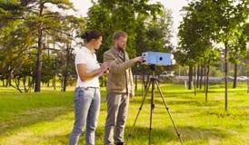 Ecologist twee die luchtsteekproeven krijgen dichtbij weg stock afbeelding