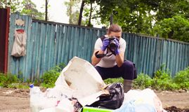 Ecologista do cientista que faz fotos da descarga de lixo fotografia de stock