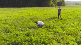 Ecologista dois no prado vídeos de arquivo