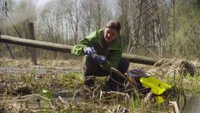Ecologista en el bosque que consigue muestras metrajes