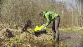 Ecologista en el bosque que pone el mapa en la caja de herramientas metrajes