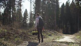 Ecologista en el camino cerca de la tala del bosque almacen de video
