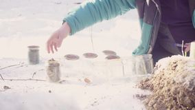 A ecologista prepara os frascos de vidro para amostras e marca-as video estoque
