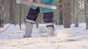 Ecologista que consigue muestras de nieve almacen de metraje de vídeo