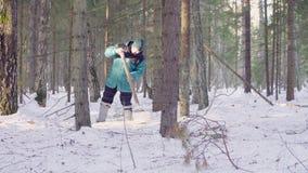 Ecologista que consigue muestras de nieve almacen de video