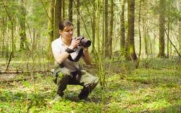 A ecologista que faz fotos na floresta fotografia de stock
