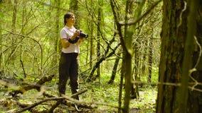 A ecologista que faz fotos na floresta imagens de stock royalty free