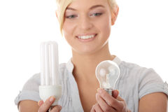 Ecologo teenager della ragazza che confronta le lampadine Fotografia Stock Libera da Diritti
