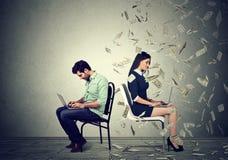 Economía de la remuneración a los trabajadores Concepto de la diferencia de la paga fotografía de archivo libre de regalías