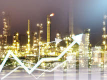 Economía del gráfico de la exposición doble y fondo de la refinería de petróleo del sector de la construcción fotos de archivo libres de regalías