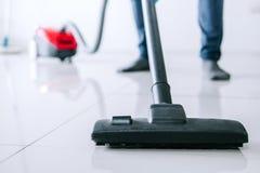 Economía doméstica y concepto de la limpieza del quehacer doméstico, hombre joven feliz adentro Foto de archivo