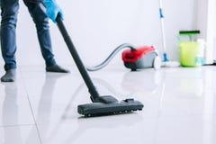 Economía doméstica y concepto de la limpieza del quehacer doméstico, hombre joven feliz adentro Imagen de archivo libre de regalías
