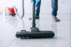 Economía doméstica y concepto de la limpieza del quehacer doméstico, hombre joven feliz adentro Fotografía de archivo