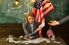 Economía y finanzas Patriotismo y libertad corrupción Reforma americana de la educación en el 4 de julio Planeamiento de la renta Imagen de archivo