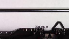 Economia 101' das palavras 'sendo datilografado em uma máquina de escrever vídeos de arquivo
