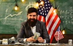 Economia e finanze Patriottismo e libertà Pianificazione di reddito della politica di aumento di bilancio Uomo barbuto con i sold Fotografia Stock