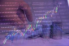 Economia e investimento do dinheiro no mercado de valores ou nos estrangeiros de ação que trocam dentro Imagem de Stock Royalty Free