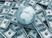 Economia globale - globo del mondo sulla priorità bassa del dollaro Immagini Stock