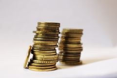 Economia nas moedas no backround branco fotografia de stock royalty free