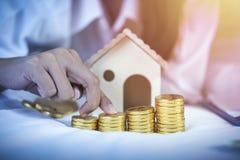 Economia, plano de aposentação, conceito do planeamento financeiro Coupl novo fotografia de stock