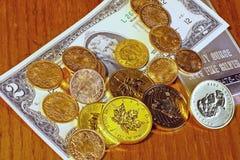 Economias ao longo do tempo, ouro contra o conceito da moeda de papel Foto de Stock Royalty Free