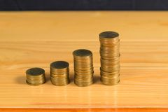 Economias, colunas crescentes das moedas de ouro, pilhas das moedas de ouro a Imagem de Stock