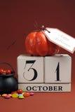 Economias de Dia das Bruxas o calendário da data com caldeirão - vertical. Fotos de Stock Royalty Free